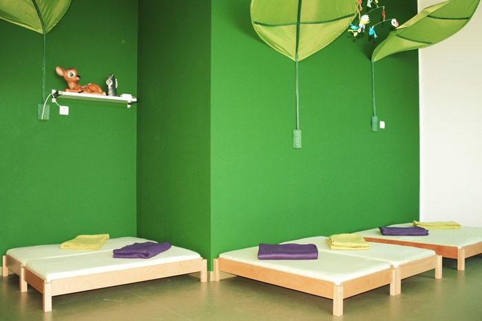 Schlafraum mit grünem Farbkonzept und Stapelbetten von debe.decor