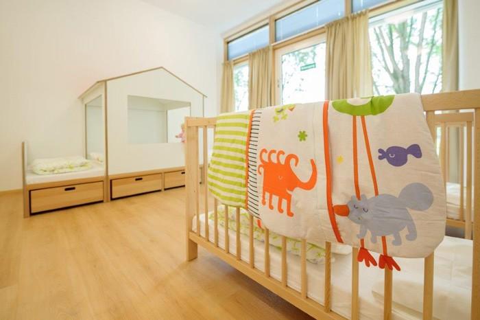 Schlafraum mit Krippenbett und Schlafpodest mit Aufbauhaus