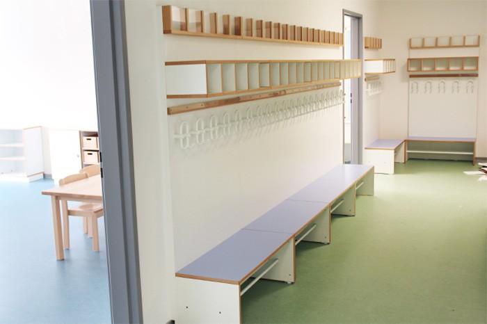 Garderobe debe.decor mit Sitzflächen in himmelblau