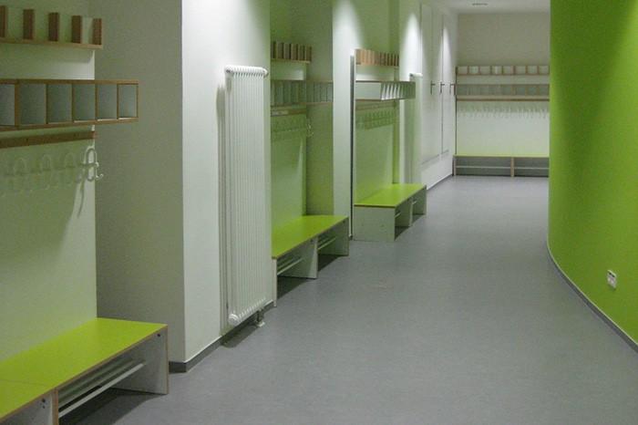 Garderobe debe.decor mit Sitzflächen in lindgrün