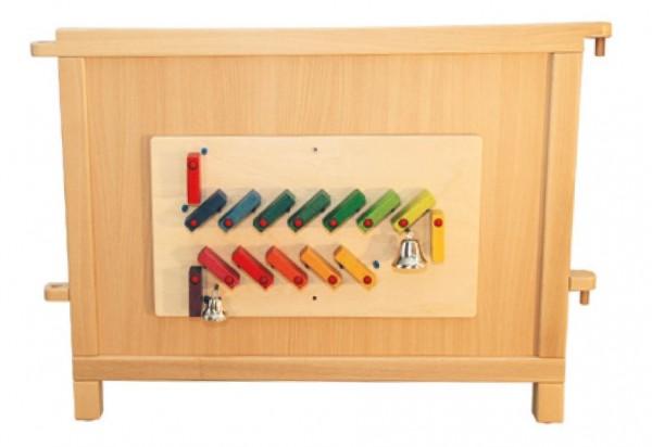 Holzwand mit Motorikspiel 'Domino' - bunte Domino-Steine bringen 2 Glocken zum Klingen..