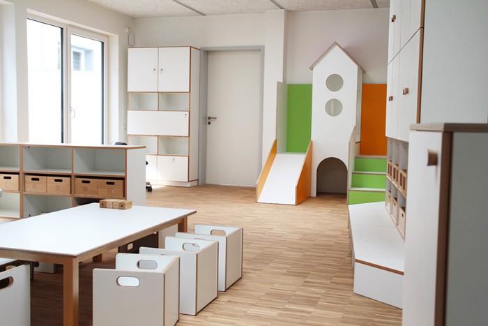 Gruppenzimmer debe.decor mit Schränken, Raumteiler + Spielburg
