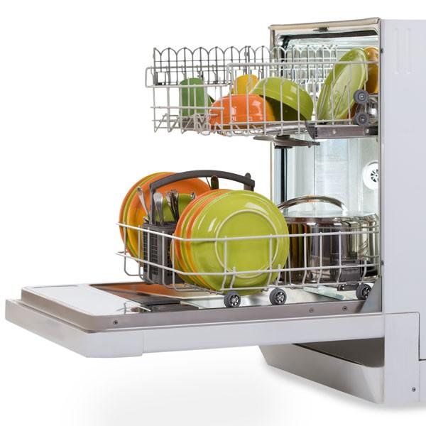 Spülmaschine mit Geschirr und Besteck gefüllt