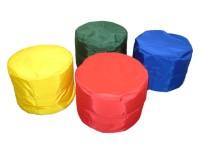Sitzhocker mit farbigem Kunstlederbezug und Inlett mit Styroporfüllung